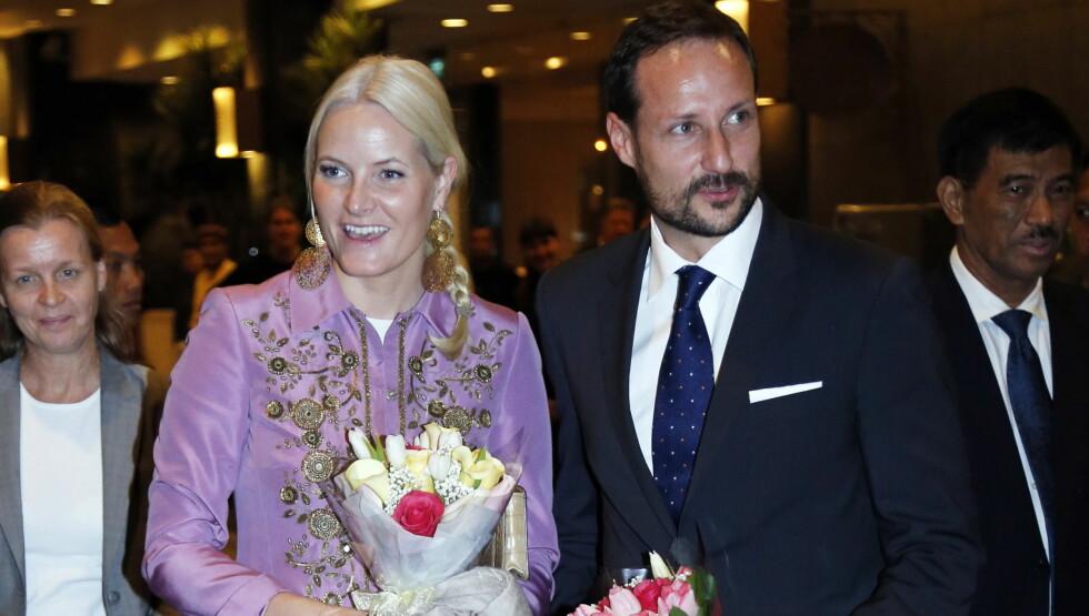 VARM VELKOMST: Kronprinsesse Mette-Marit og kronprins Haakon ankommer Jakarata, Indonesia søndag kveld. Under ankomsten ble de mottatt av 25 norske barn.  Foto: NTB scanpix