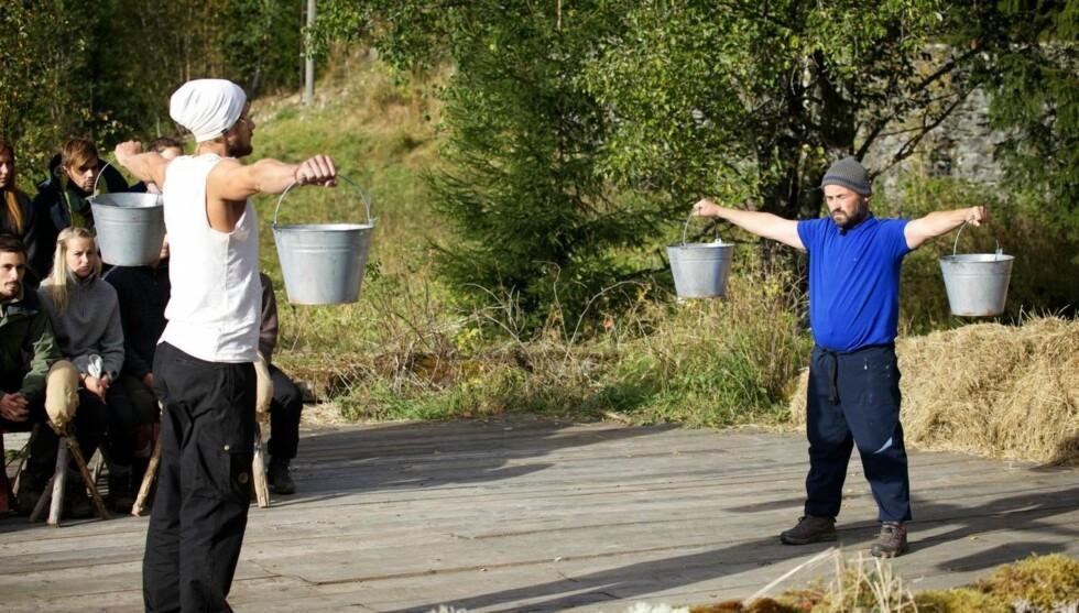 UTE AV LEKEN: Dag Egil Rugås tapte søndag mot Farmen-motstander Endre da de skulle konkurrere om å holde to melkespann lengst mulig. Foto: TV 2