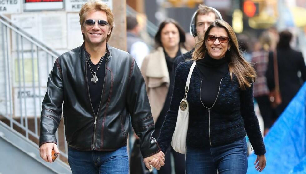 SMILER: Jon Bon Jovi og kona Dorothea strålte da de to gikk hånd i hånd rundt i New Yorks gater onsdag formiddag. Foto: All Over Press