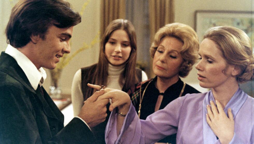 SPILTE MOT STJERNENE: Deborah Raffin (midten) hadde en lang karriere på både TV-skjermen og filmlerretet. I 1973 spilte hun i Golden Globe-nominerte «40 Carats», mot blant andre Edward Albert, Binnie Barnes (t.h) og norske Liv Ullmann (ytterst t.h). Foto: Stella Pictures
