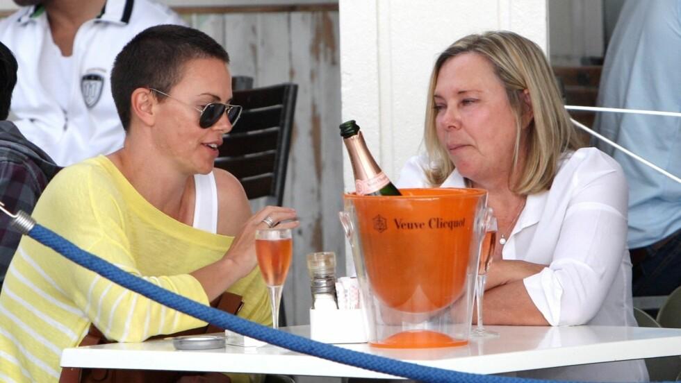 NÅ: Charlize Theron vakte ikke like mye oppmerksomhet som normalt da hun koste seg med chamagnelunsj med moren i Cape Town.  Foto: All Over Press