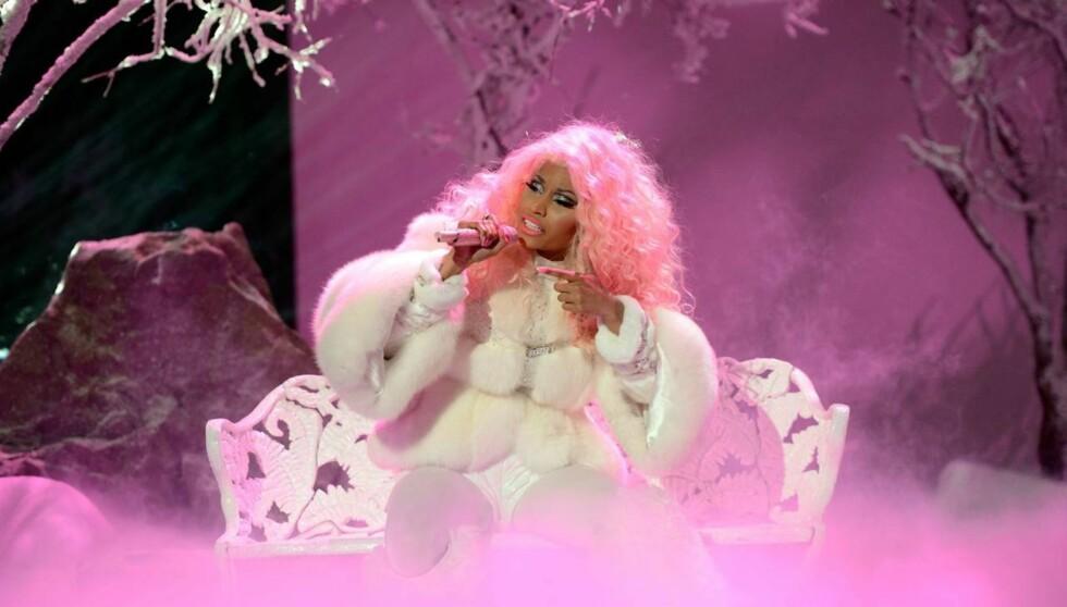 ROSADILLA: Nicki Minaj elsker rosa, og er ikke redd for å vise det. Både håret, albumtittel og sceneeffekter er i den feminine fargetonen. Foto: All Over Press