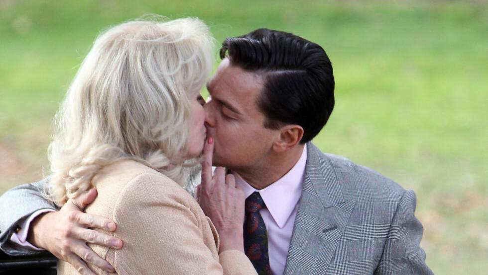 """FILMKYSS: I dramaet """"The Wolf of Wall Street"""" kysser Leonardo DiCaprio med den nesten 30 år eldre Joanna Lumley. Foto: FameFlynet"""