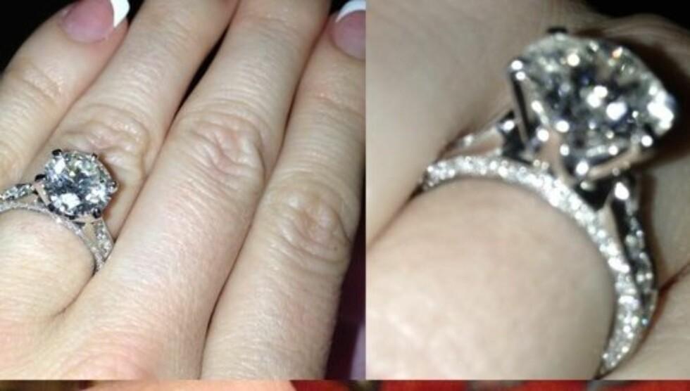 VISTE FREM RINGEN: Crystal Harris viser stolt frem forlovelsesringen hun fikk fra Hugh Hefner på sin Twitter-side. Foto: Twitter