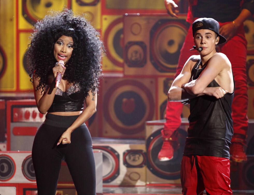 """STO PÅ SCENEN SAMMEN: Nicki Minaj stakk avgårde med to priser under kveldens utdeling, og sammen med Bieber  framførte hun """"Beauty and a Beat"""".  Foto: Reuters"""