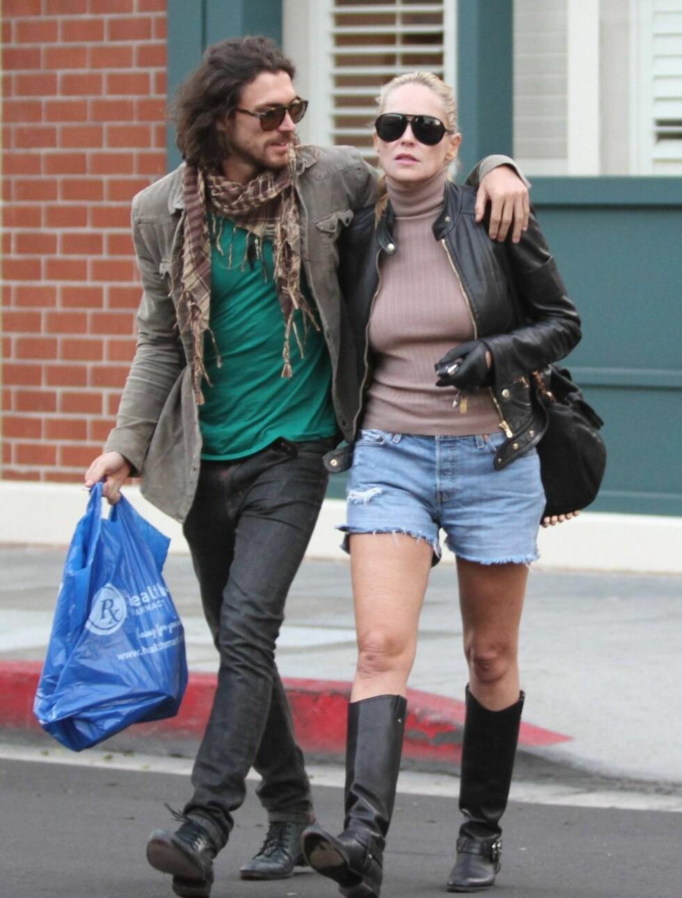 FORELSKET: Martin Mica gir sin 27 år eldre kjæreste Sharon Stone et forelska blikk mens de to var på shopping i Beverly Hills onsdag denne uken. Foto: All Over Press