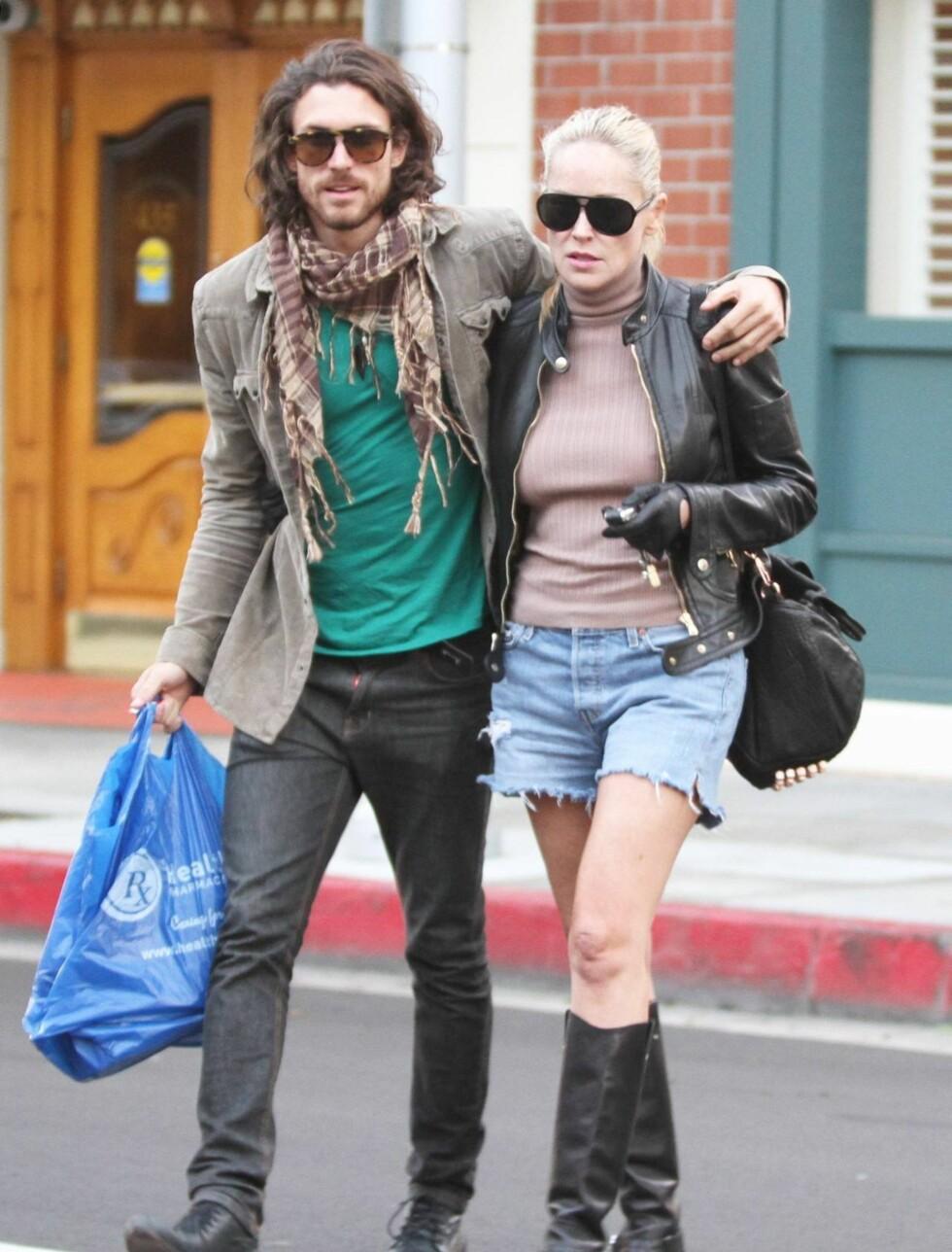 STILIGE: Sharon Stone kjører en røff og trendy stil, men skinnjakke, skinnstøvletter og skinnhansker. Martin Mica treffer også blink med sitt laidbacke antrekk og halvlange hår. Foto: All Over Press