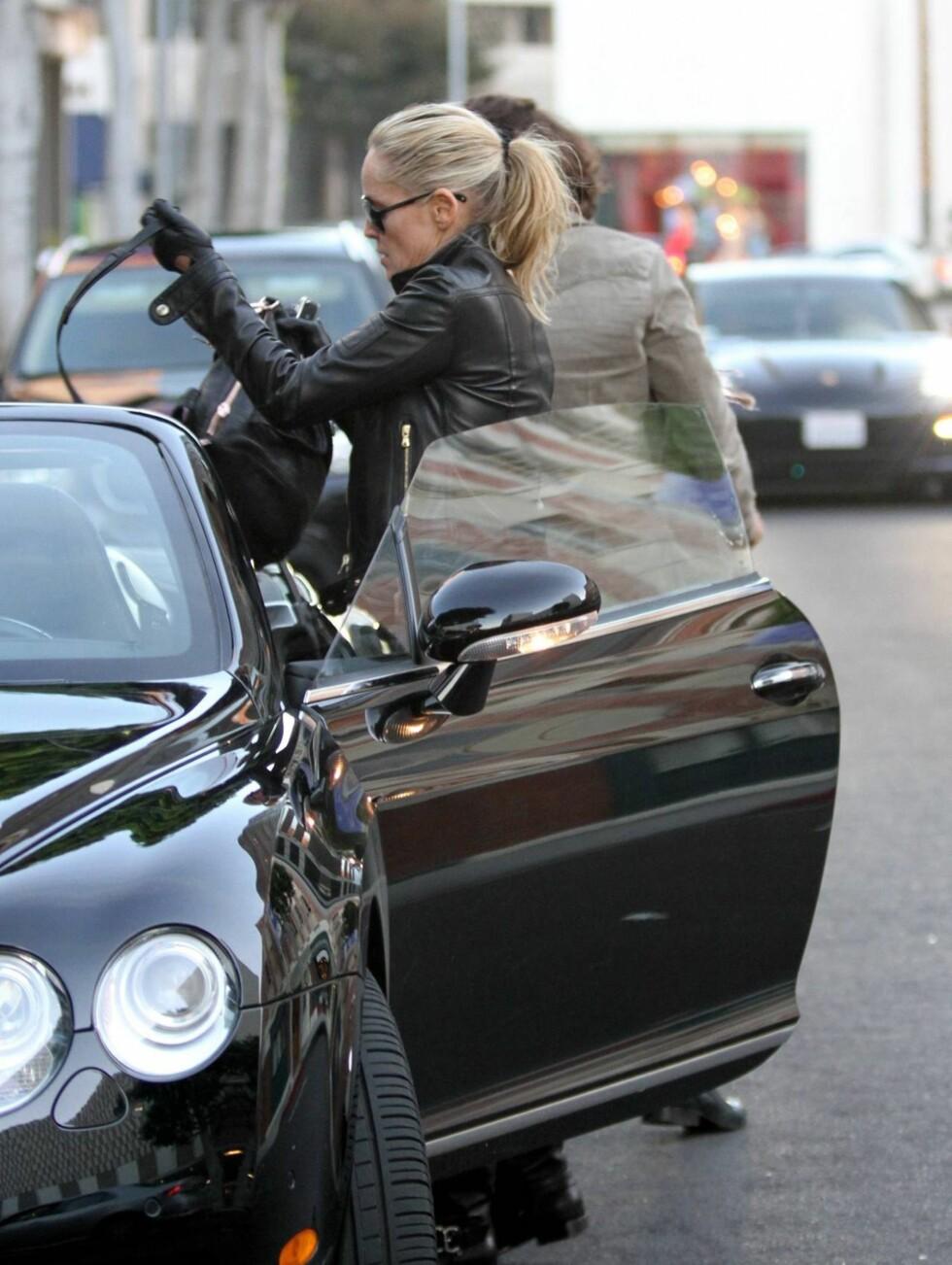 SJÅFØR: Sharon Stone satt bak rattet da paret var ferdig med onsdagsshoppingen. Foto: All Over Press