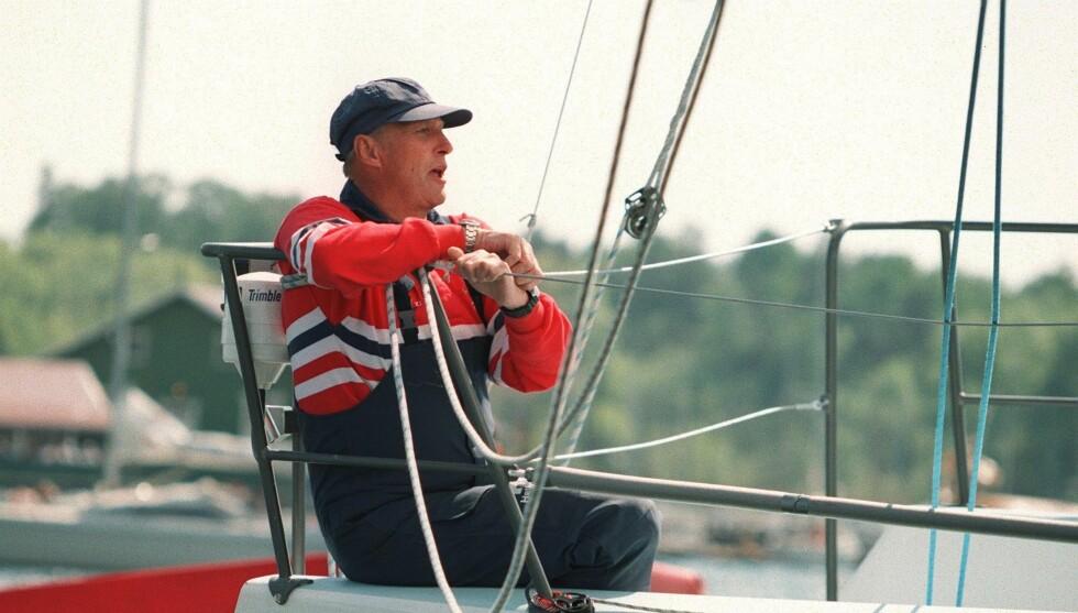LIDENSKAP: Kong Harald var 10 år gammel da han konkurrerte i seiling for første gang, og har vært med i tre OL og flere verdensmesterskap. Foto: Scanpix