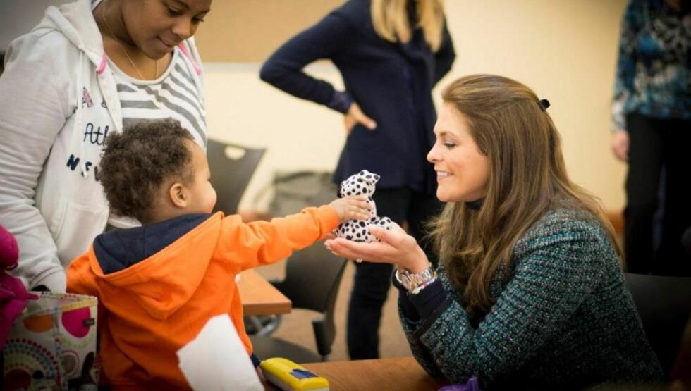 PÅ JOBB: Prinsesse Madeleine brenner for World Childhoods Foundation, og er stadig ute på jobb i kraft av sin rolle der. Her besøker hun prosjektet GRADS i Ohio.  Foto: Childhood Foundation/Facebook