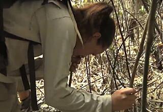 Her kaster hun opp i jungelen