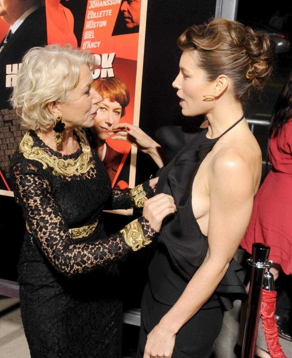 PUPPEDILLA: Helen Mirren overrasket med å ta på Jessica Biels pupper på den røde løperen i Beverly Hills. Foto: All Over Press