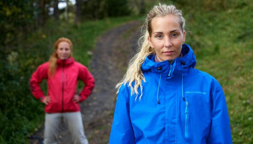 RØK UT: Kristina Myrseth Moe fra Molde måtte se seg slått av Marianne Otterlei (bak) etter tvekampen i søndagens episode av «Farmen». 22-åringen angrer på at hun lot seg overtale til å velge kunnskap fremfor en fysisk utfordring. Foto: TV 2