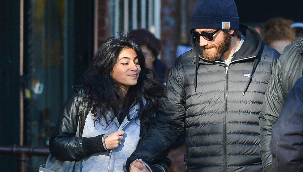 NY FLAMME?: Fredag ble Jake Gyllenhaal observert hånd i hånd med denne søte brunetten i New York. Skuespilleren har vært singel den siste tiden, men kanskje han nå har funnet lykken igjen? Foto: All Over Press