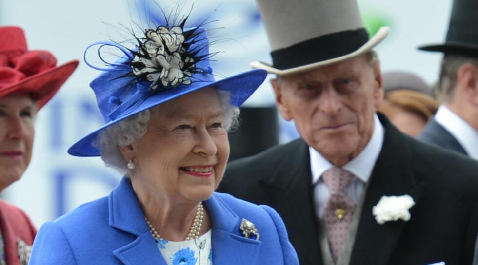 LYKKELIG GIFT: Dronning Elizabeth og prins Philip har vært gift i 65 år, og fortsatt stråler de sammen. Foto: FAME FLYNET