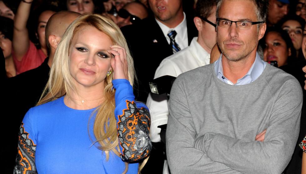 LEI AV MASET: Britney Spears krever å ha kontroll over hva forloveden Jason Trawick foretar seg. Dette skal ha ført til at romantikken i forholdet er blitt borte. Her er paret avbildet på «X Factor»-premieren i L.A. i september.  Foto: All Over Press
