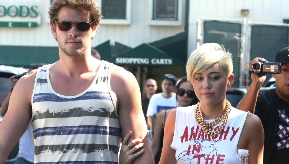 GIFTER SEG TRE GANGER: Miley Cyrus og Liam Hemsworth skal gifte seg hele tre ganger, ifølge popstjernens pappa Billy Ray Cyrus. Foto: Stella Pictures