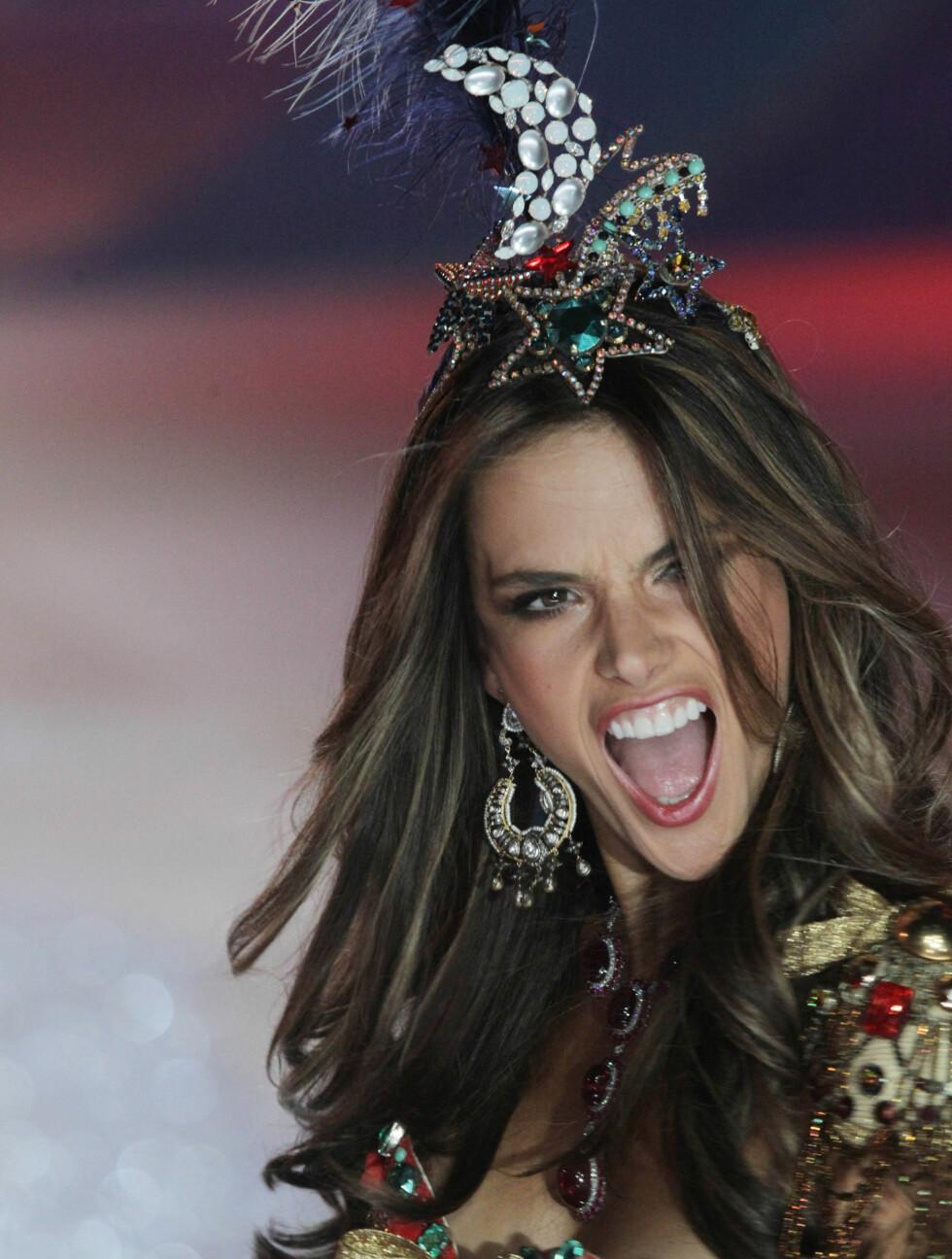 SKRIKER TIL: Det var ikke bare Alessandra Ambrosios dyre BH som skrek mot publikum på catwalken. Foto: All Over Press