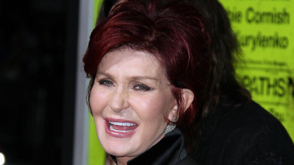 STIVT SMIL: 60-åringen hevder hun aldri skal legge seg under kniven igjen etter at hun endelig har innsett hva det har gjort med utseendet hennes. Foto: FameFlynet