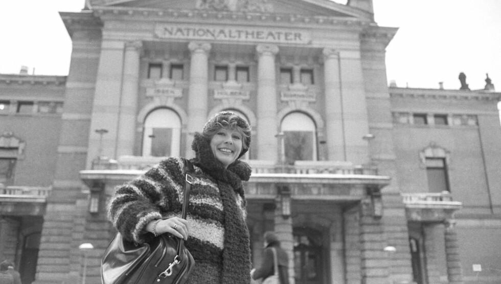 PIONER: Skuespiller Lise Fjeldstad ble hedret for lang og tro tjeneste da hun mottok Rolf Gammleng-pris mandag denne uken. Her er hun fotografert foran Nationaltheatret i 1978. Foto: NTB scanpix