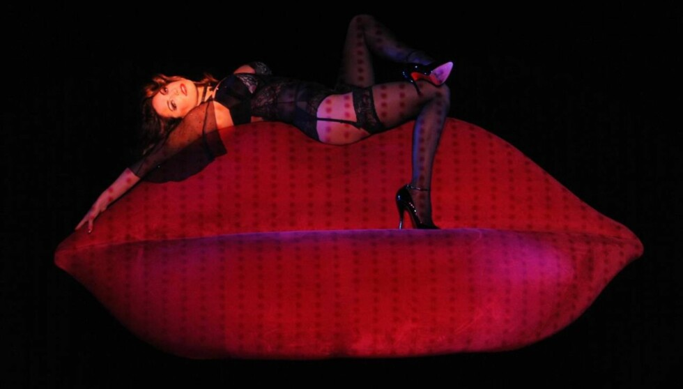 HOT: For tiden opptrer Kelly Brook i The Forever Crazy Spiegel i London. Foto: All Over Press