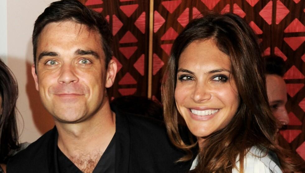 FÅR GOD HJELP: Robbie Williams og Ayda Field får baby-hjelp av åtte familiemedlemmer som har flyttet inn i parets hjem i London. Foto: All Over Press