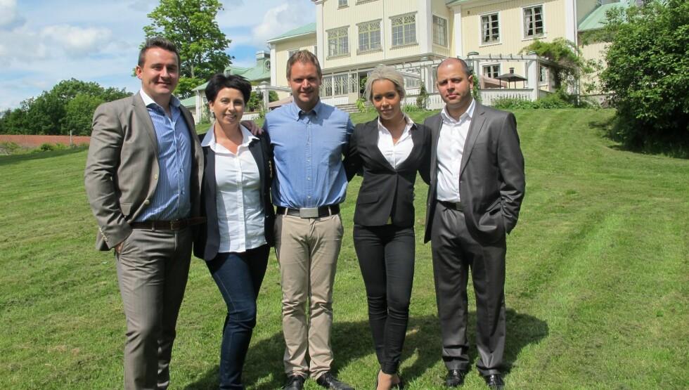 STOR SUKSESS: Programmet «Solgt!» har vært en uventet stor suksess for NRK. Likevel velger kanalen å legge ned boligprogrammet etter fire sesonger. Her er progrmaleder Frode Søreide (midten) avbildet med to av den fjerde sesongens «meglerlag»: Espe Foto: NRK