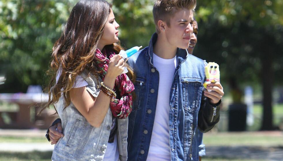 SLO OPP: Selena Gomez skal ha avsluttet det noe stormfulle forholdet til ungpikeidolet Justin Bieber for omtrent en uke siden. En av årsakene til bruddet skal være at hun slet med å stole på ham. Her er de to avbildet sammen i Van Nuys, California i s Foto: Fame Flynet
