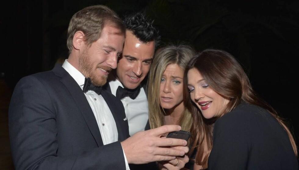 BABYKOS: Justin Theroux og Jennifer Aniston ble tydelig betatt av lille Olive, da de nybakte foreldrene Will Kopelman og Drew Barrymore stolt viste frem bilder av det lille nurket. Foto: All Over Press