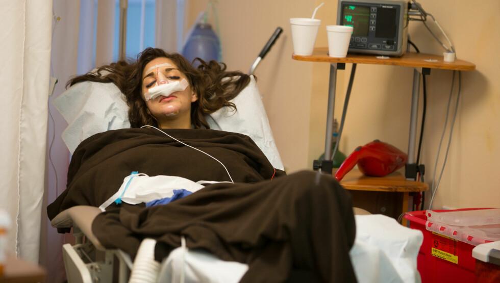 BLE OPERERT: Farrah Abraham avbildet på klinikken der hun skjønnhetsopererte seg. Foto: All Over Press