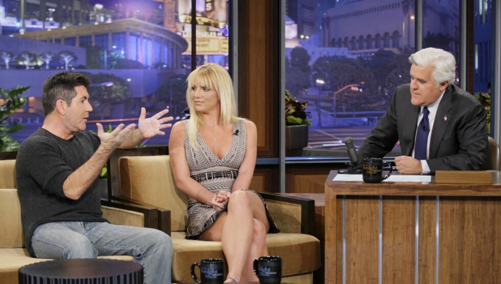SLET MED Å TAKLE BUINGEN: Britney Spears sa tirsdag i et intervju med talkshow-verten Jay Leno (t.h.) at hun slet med å takle buingen fra publikum i starten av jobben som «X Factor»-dommer. Til venstre hennes dommerkollega Simon Cowell. Foto: All Over Press