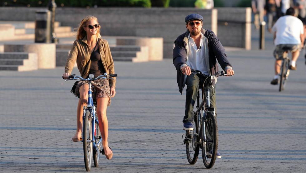 SYKLET HVER SIN VEI: Leonardo DiCaprio og den unge modellen Erin Heatherton (t.v) skal ha avsluttet forholdet sitt etter omtrent ti måneder. Her er de to avbildet på sykkeltur på Manhattan i sommer etter å ha spist middag sammen. Foto: All Over Press