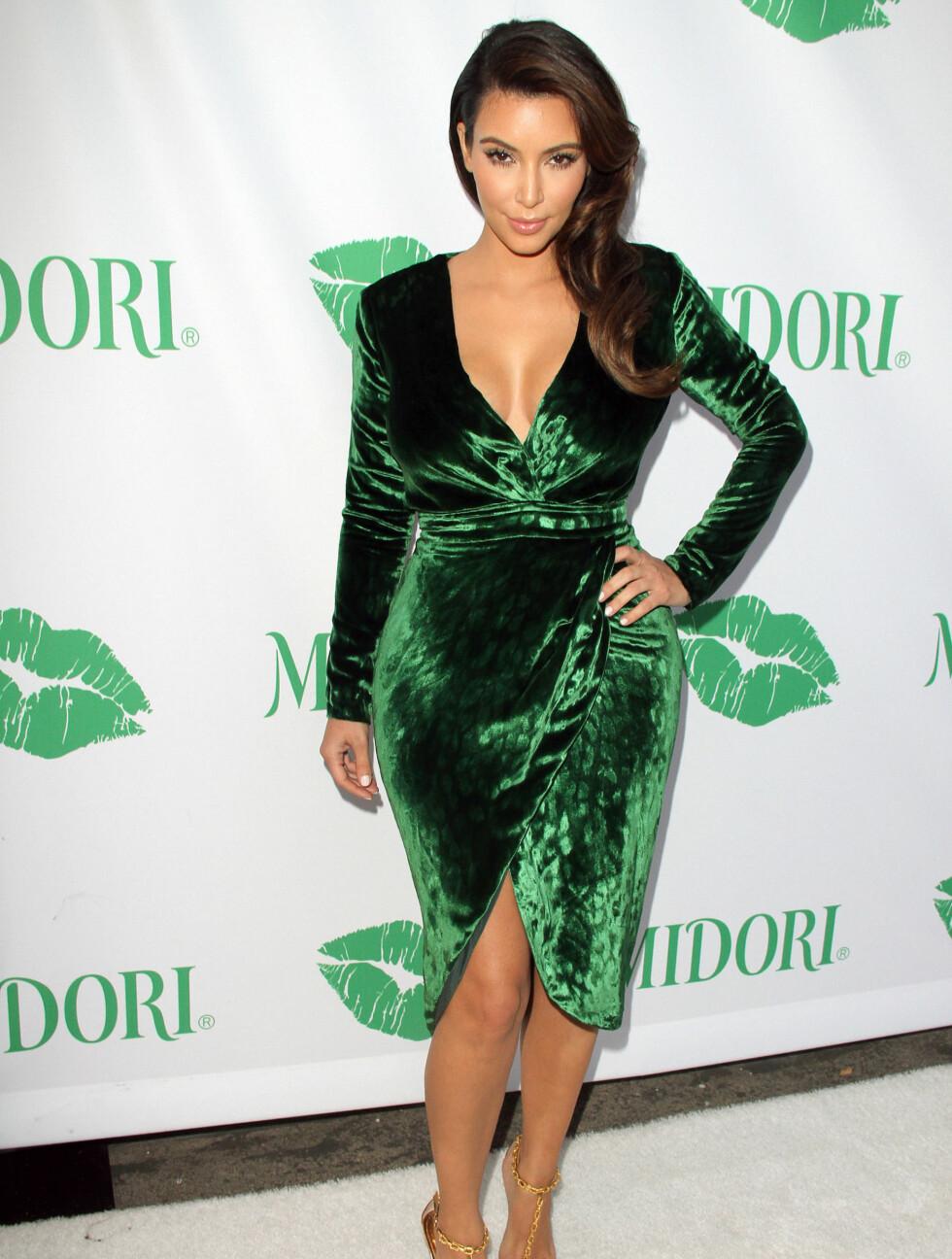 FORMER: Kim Kardashian hadde på seg en kortere variant av Gucci-kjolen, som viste frem hennes lekre former, da hun var tilstede ved et event i California i september. Foto: Stella Pictures