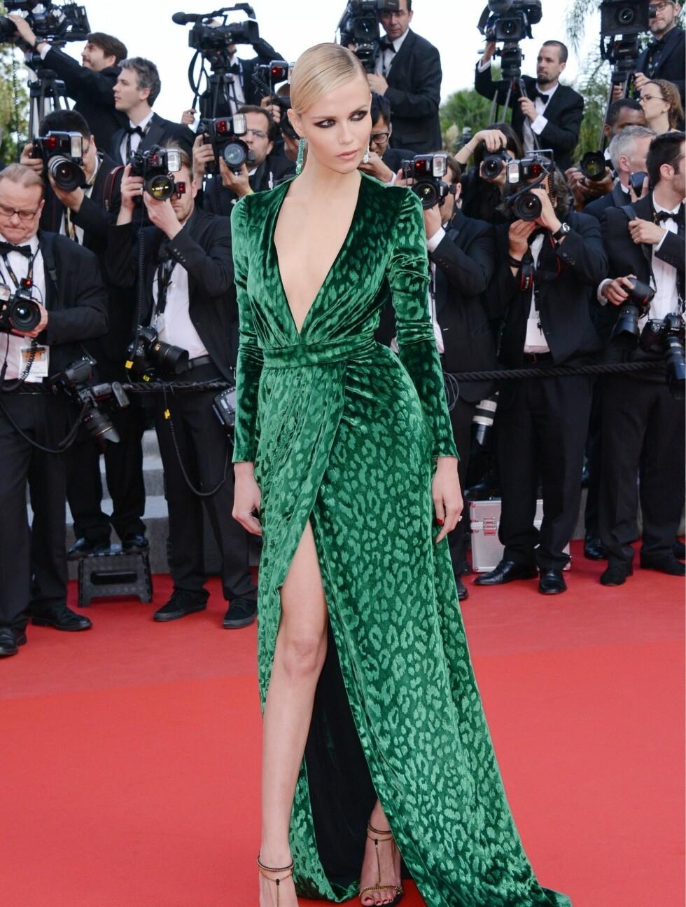 SUPERMODELL: Natasha Poly viste frem lange ben og dyp utringning da hun gjestet den internasjonale filmfestivalen i Cannes i mai i år - til fotografenes store glede. Foto: Stella Pictures