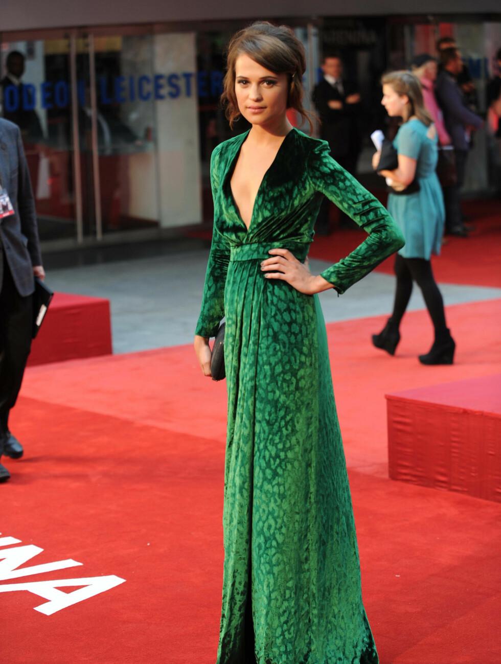 SVENSK SKJØNNHET: Den svenske skuespilleren Alicia Vikander var tilstede ved premieren på «Anna Karenina», som hun selv har en rolle i, i den grønne Gucci-kjolen. Foto: Stella Pictures