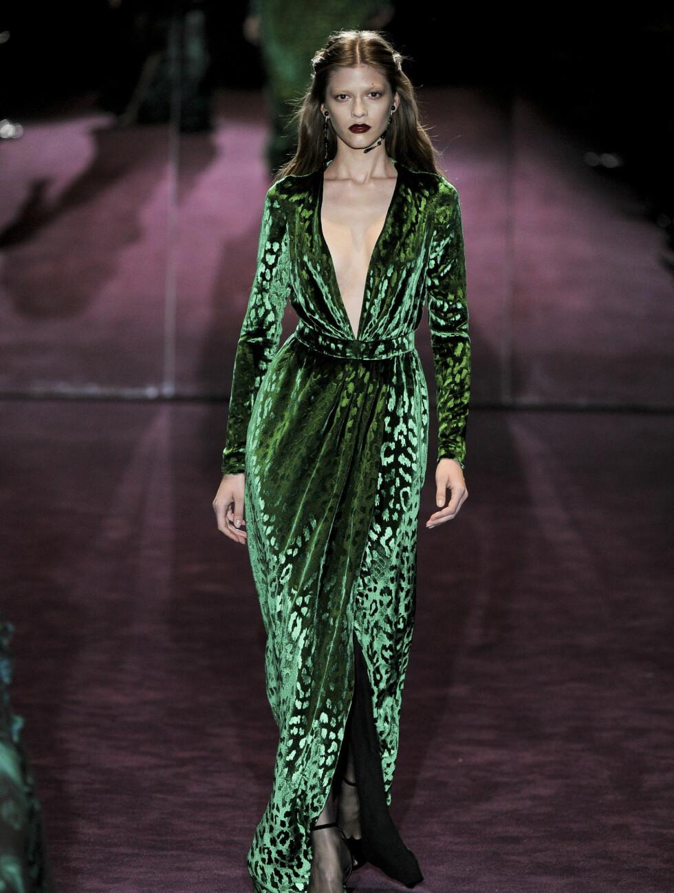 CATWALK: Gucci viste frem den flaskegrønne kreasjonen på catwalken under moteuka i Milano i februar i år. Foto: Stella pictures