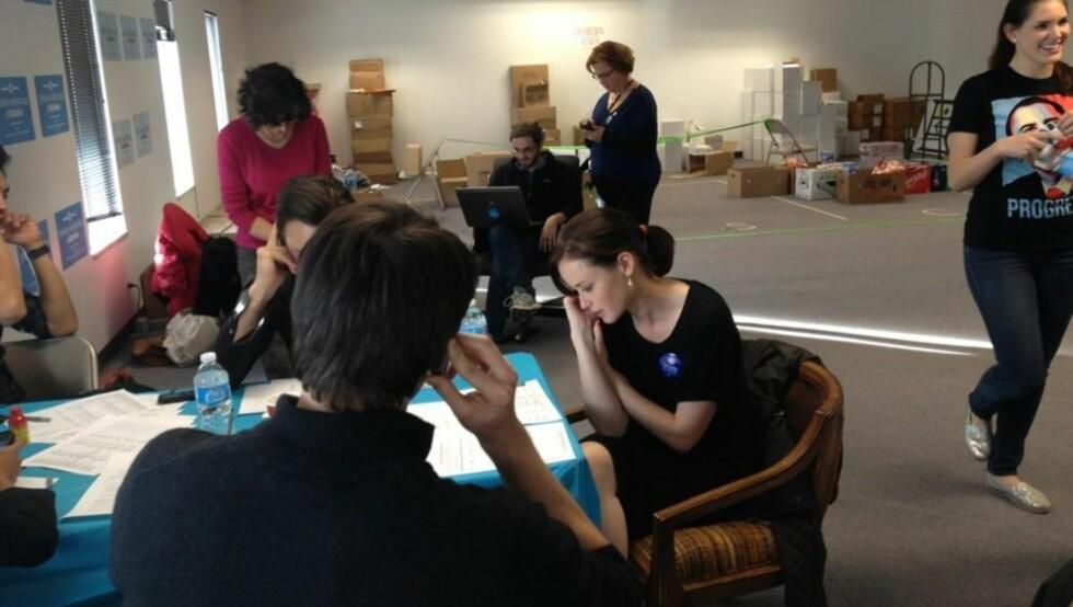 RINGTE RUNDT: «Gilmore Girls»-stjerne Alexis Bledel la ut bilde på Twitter av seg selv som ringer rundt for å påvirke folk til å stemme på Obama. Foto: Twitter