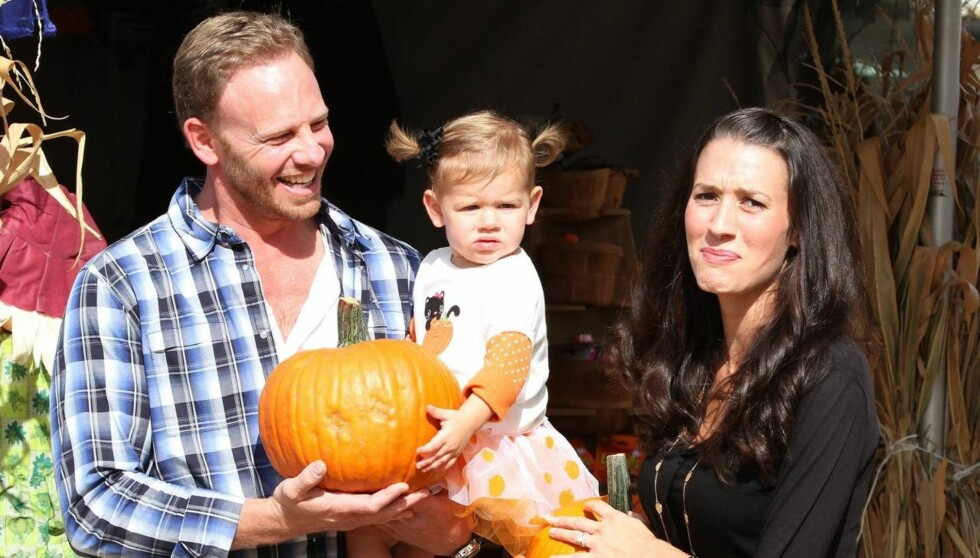 FAMILIEKOS: Ian Ziering tok med seg sin gravide kone Erin og datteren Mia til Mr Bones Pumpkin Patch i Hollywood, for å kjøpe inn gresskar til Halloween-feiringen. Foto: All Over Press