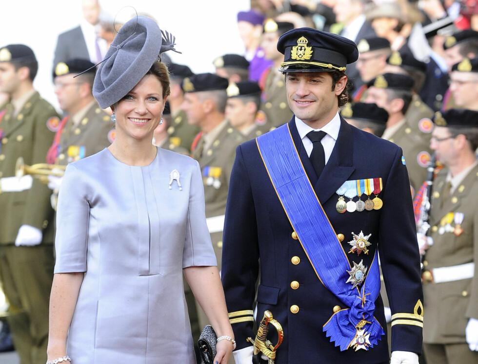 FLOTT: Märtha Louise ankom kirken sammen med prins Carl Philip. Hun hadde på seg en pen grå-lilla drakt med matchende hatt.  Foto: FameFlynet