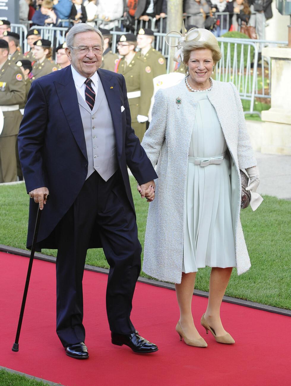 I BRYLLUP: Eks-kong Konstantin og dronning Anne-Marie av Hellas smilte på vei inn til bryllupet. Foto: FameFlynet