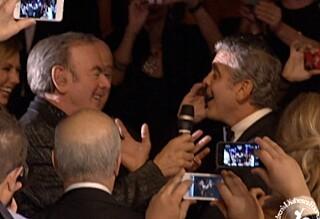 Her synger Clooney duett med Neil Diamond