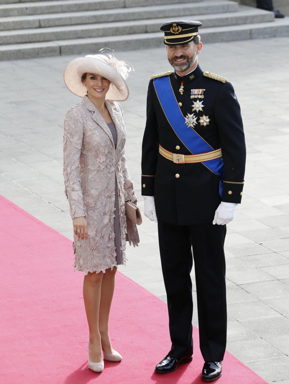 SMILTE TIL FOTOGRAFENE: Spanias kronprins Felipe (R) og hans kone, prinsesse Letizia var i strålende humør da de ankom Notre Dame. Foto: Scanpix/Reuters