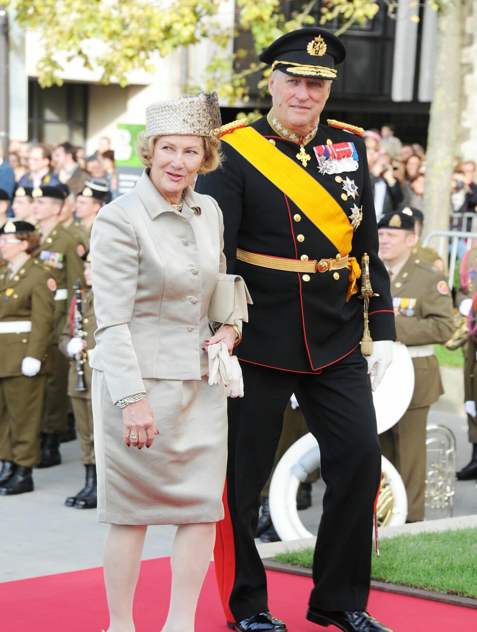 ELEGANT: Dronning Sonja kom i en lys drakt i det flotte høstværet. Foto: All Over Press