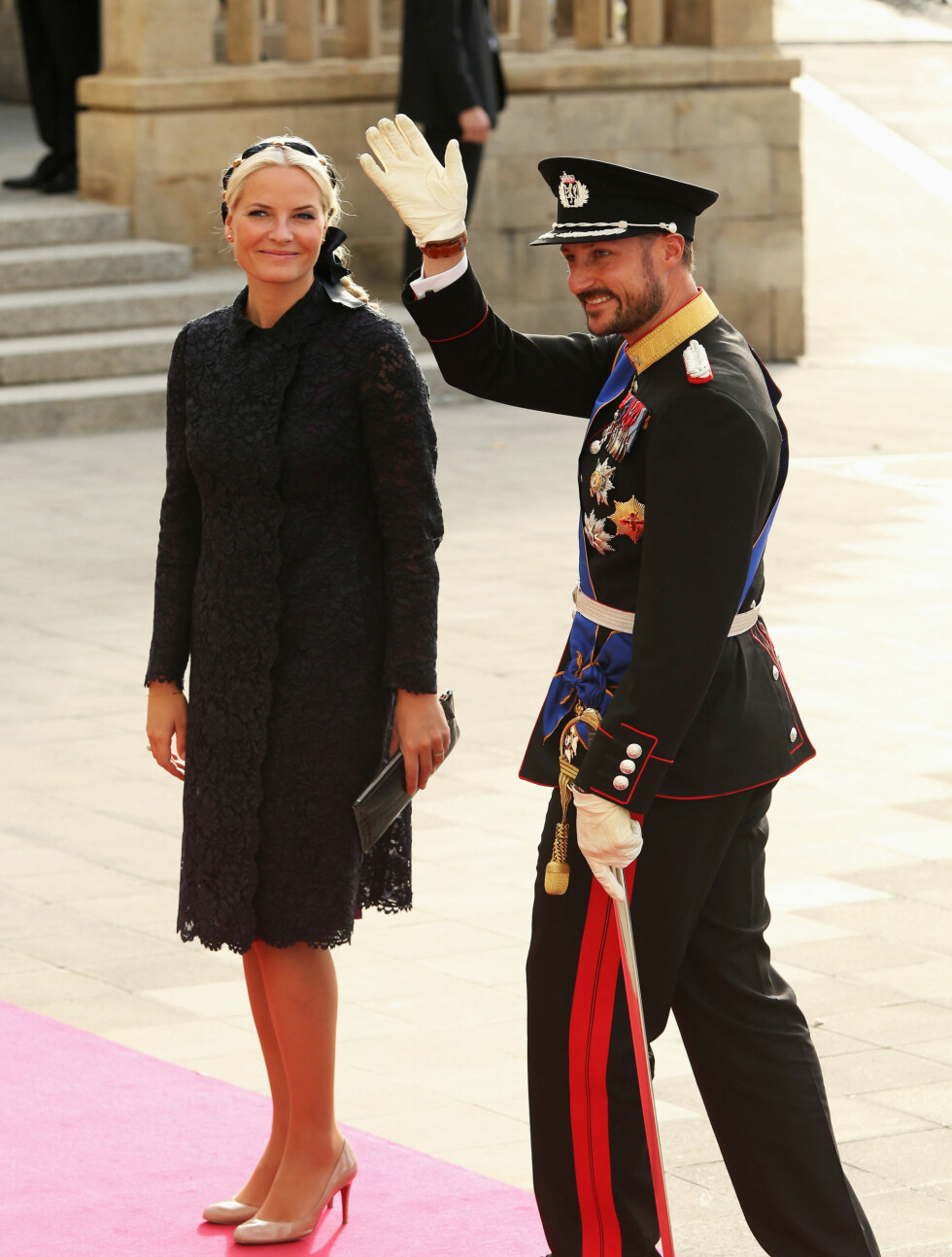 VINKET TIL PUBLIKUM: Kronprins Haakon og kronprinsesse Mette-Marit smilte og vinket til de fremmøtte. Foto: All Over Press
