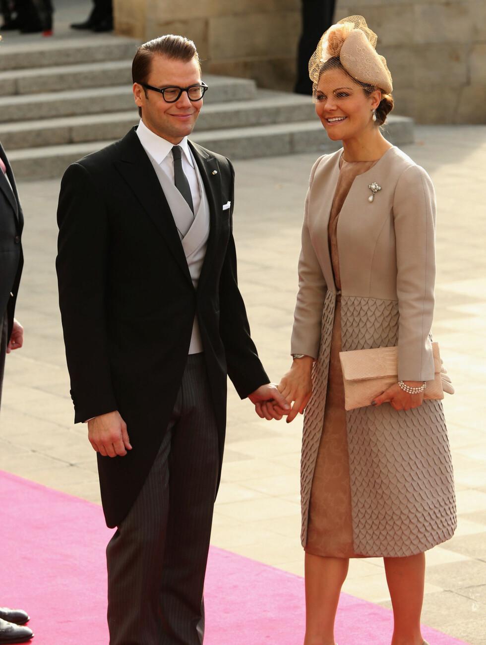 SMILTE BREDT: Sveriges kronprinsesse Victoria og hennes prins Daniel fikk nok mange minner tilbake til sitt eget bryllup da de ankom den røde løperen. Foto: All Over Press