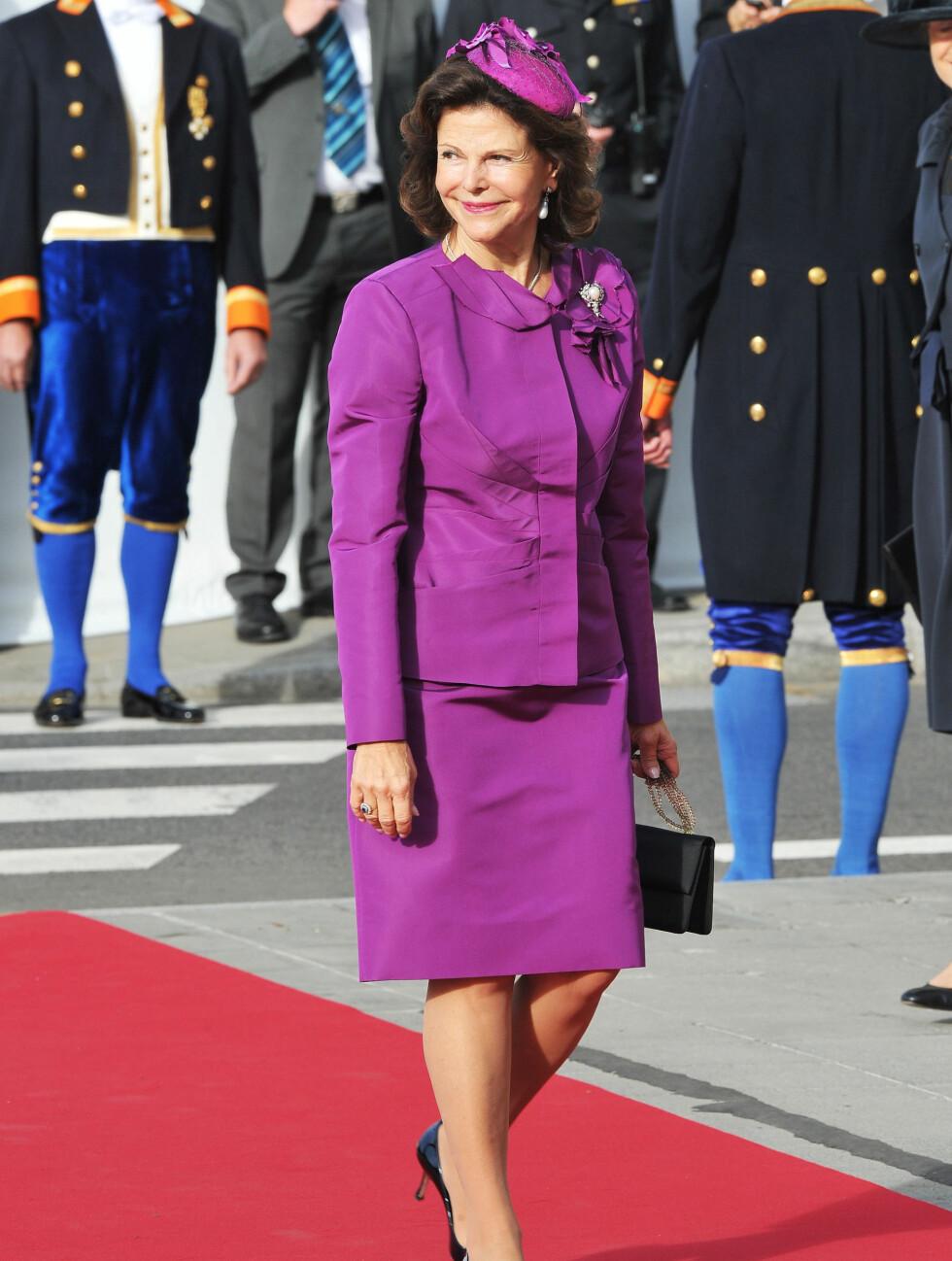 KOM ALENE: Sveriges dronning Silvia gikk alene ned den røde løperen utenfor Notre Dame. Foto: All Over Press