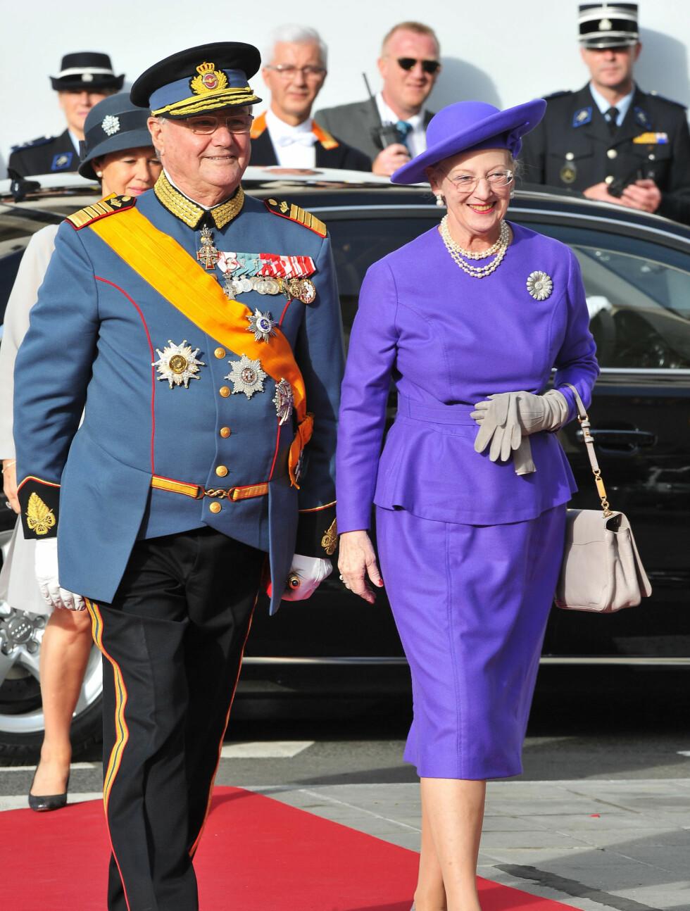 DRONNINGBLÅTT: Dronning Margrethe av Danmark kom i lilla kjole, mens hennes prins Henrik kom som flere av de andre mannlige kongelige i uniform. Foto: All Over Press