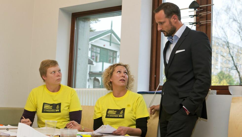 ENGASJERT: Kronprins Haakon besøkte torsdag i forrige uke bydel Stovner i Oslo i forbindelse med TV-aksjonen. Inger Helen Jensen (t.v.) og Tone Vangen var ansvarlig for akkrediteringen av bøssebærerne og satte pris på besøk av den engasjerte kronprin Foto: NTB scanpix