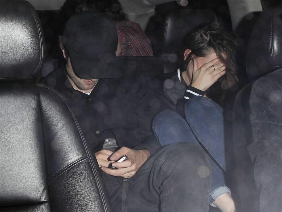 BEKREFTER: Disse bildene, av paret som forlater Prince-konserten sammen, bekrefter at Robert Pattinson og Kristen Stewart har funnet tilbake til hverandre.  Foto: All Over Press