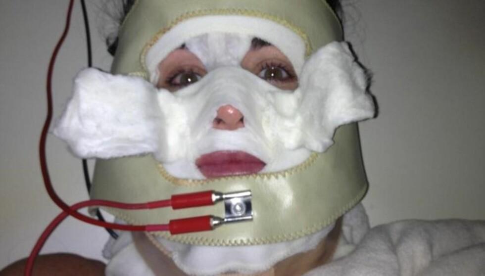 SKUMMEL: Realitystjernen Kyle Richards la ut dette bilde av seg selv på Twitter der hun får en ansiktsmaske med elektrisitet.  Foto: Twitter